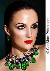 moda alta, look.glamor, closeup, retrato, de, bonito, excitado, morena, caucasiano, mulher jovem, modelo, com, saudável, cabelo, maquilagem, com, lábios vermelhos, com, perfeitos, limpo, pele, com, verde, acessório, jewelery