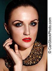 moda alta, look.glamor, closeup, retrato, de, bonito, excitado, morena, caucasiano, mulher jovem, modelo, com, saudável, cabelo, maquilagem, com, lábios vermelhos, com, perfeitos, limpo, pele, com, acessório, jewelery
