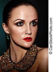 moda alta, look.glamor, closeup, retrato, de, bonito, excitado, morena, caucasiano, mulher jovem, modelo, com, saudável, cabelo, maquilagem, com, lábios vermelhos, com, perfeitos, limpo, molhados, pele, com, acessório, jewelery