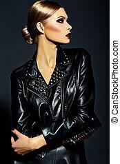 moda alta, look.glamor, primer plano, retrato, de, hermoso, sexy, elegante, rubio, mujer joven, modelo, con, brillante, maquillaje, con, labios rojos, con, perfecto, limpio, piel, en, negro, tela
