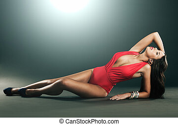 moda alta, tiro, de, atraente, mulher, em, vermelho,...