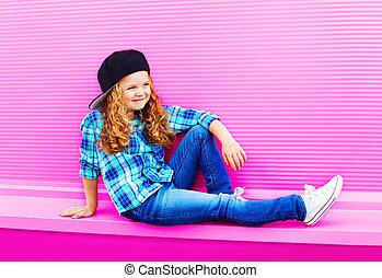 moda, bambino, ragazza, in, protezione baseball, con, capelli ricci, su, colorito, rosa, parete, fondo