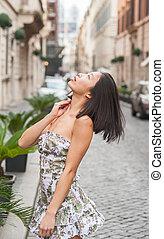 moda, bastante, asiático, mujer joven, en, calle, mirar hacia arriba
