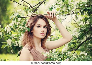 moda, belleza, retrato, de, hermoso, modelo, mujer, en, primavera, soleado, park., bastante, mujer, en, flores, plano de fondo