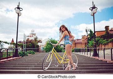 moda, bicicleta, clothes., espantoso, mulher, posar, excitado, modelo