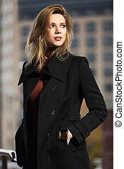 moda, biondo, donna, in, cappotto nero, camminare, su, città, strada