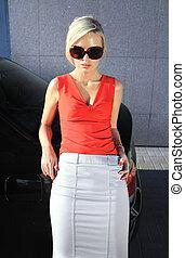 moda, biondo, donna, in, occhiali da sole
