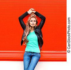 moda, bonito, jovem, loiro, mulher, modelo, em, pretas, rocha, estilo, sobre, coloridos, experiência vermelha