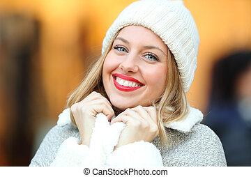 moda, donna, mantenimento caldo, strada, in, inverno