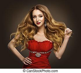 moda, donna, stile capelli, modello, con, lungo, marrone, ondeggiare, acconciatura, in, vestito rosso