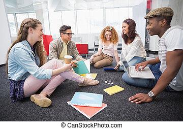 moda, estudiantes, trabajar como equipo