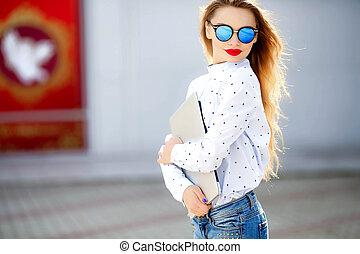 moda, feliz, rua, fim, atraente, denim, outfit., suit., retrato, longo, calças brim, novo, menina, cima, hair., jovem, cidade, charming, mulher senhora