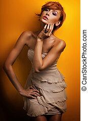 moda, foto, de, hermoso, pelirrojo, niña, posar, en, sensual, vestido