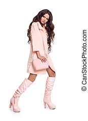 moda, foto, de, moderno, mujer, en, rosa, chamarra, con, bolso, usa, en, moderno, cuero, botas altas, posar, aislado, en, estudio, blanco, fondo.
