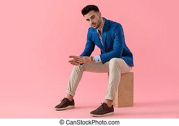 moda, gomiti, uomo, atteggiarsi, sexy, ginocchia tenere, giovane