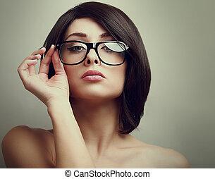 moda, hembra, modelo, tenencia, el, mano, glasses., primer plano, portrait.