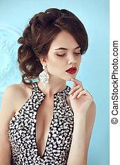 moda, hermoso, niña, modelo, con, labios rojos, maquillaje