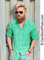 moda, homem, em, camisa verde, com, longo, barba