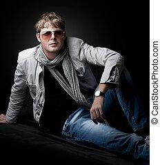 moda, homem jovem, sentando