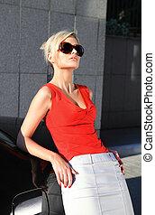 moda, loiro, mulher, em, pretas, óculos de sol