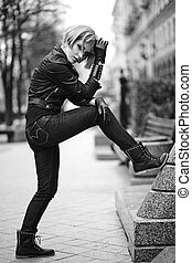 moda, loura, modelo, em, adolescente, estilo, em, peruca, ao ar livre, rua