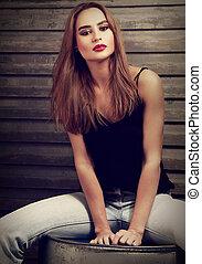moda, maquilagem, mulher, com, cabelo longo, estilo, em, calças brim azuis, e, lábios vermelhos, sentando, ligado, ferro, barrel., vindima, toned, retrato