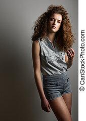 moda, menina, com, cabelo ondulado