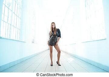 moda, menina jovem, com, longo, pés
