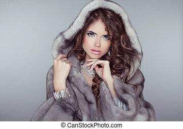 moda, mujer hermosa, posar, en, piel, coat., invierno, niña, modelo, en, lujo, ropa, y, nevoso, peludo, capucha, aislado, en, gris, fondo.