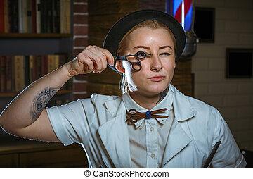 moda, mujer, peluquero, peluquero, con, tijeras, en, mano, en, el, barbería
