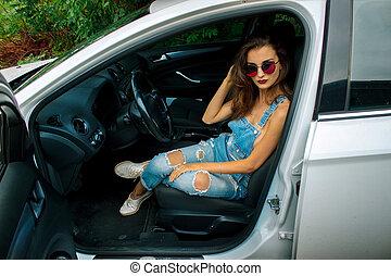 moda, mujeres hermosas, se sienta, en el coche, y, miradas, en, el, cámara