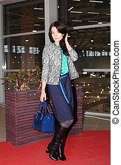 moda, mulheres, em, elegante, roupas desenhista