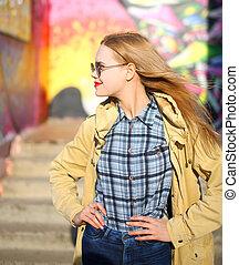 moda, retrato, bastante, rubio, mujer, en, gafas de sol, perfil