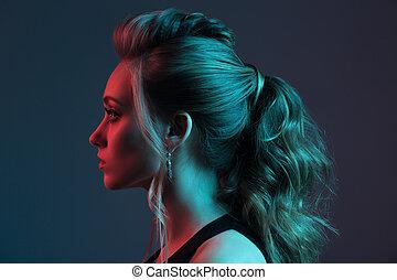 moda, retrato, de, bonito, woman., hairstyle., azul vermelho, light.