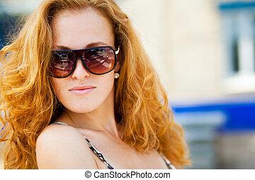 moda, retrato de mujer, llevar lentes de sol