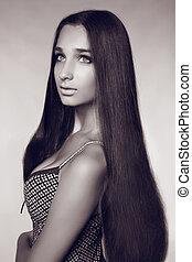 moda, retrato, de, mulher bonita, com, cabelo longo, foto preta branca