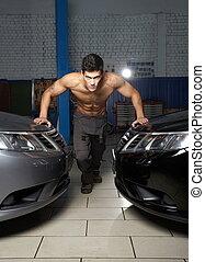 moda, retrato, de, um, jovem, muscular, posição homem, entre, dois, carros