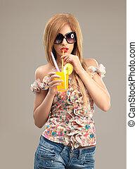moda, retrato, mujer hermosa, gafas de sol, bebida, cóctel
