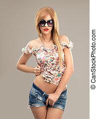 moda, ritratto, bella donna, occhiali da sole, jeans, calzoncini