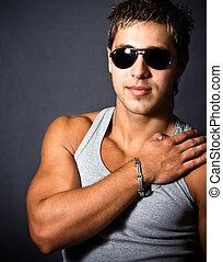 moda, ritratto, di, sexy, uomo, con, occhiali da sole