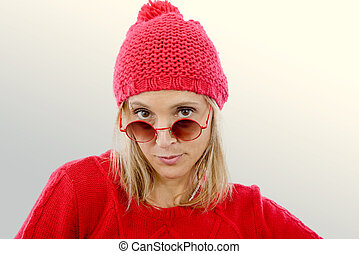 moda, rubio, mujer, con, suéter rojo