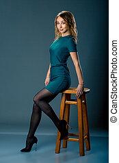 moda, vestido, menina, sentando, ligado, chair., duração cheia, portrait., beleza, mulher, ligado, escuro, experiência.