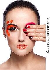 mode élevée, look.glamor, closeup, portrait, de, beau, sexy, brunette, jeune femme, modèle, à, orange, lèvres, inhabituel, créatif, plastique, maquillage, à, parfait, propre, peau, à, coloré, clous, isolé, sur