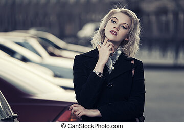 mode, blond, kvinna, in, svarting belagt, vandrande, på, staden, gata