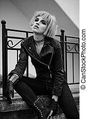 mode, blond, modell, in, tonåring, stil, in, peruk, utomhus, på streeten