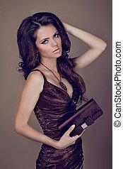 mode, brunette, vrouw, in, elegant, jurkje, met, bag., krullebol, styling.