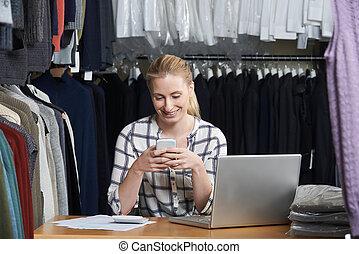 mode, business, mobile, femme affaires, téléphone, courant, entrepôt, utilisation, ligne