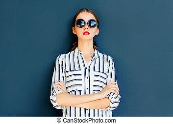 mode, elegant, dam kvinna, tröttsam, a, svart, solglasögon, framställ, över, a, grå fond