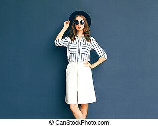 mode, elegant, dam kvinna, tröttsam, a, svart, solglasögon, hatt, och, vit, kjol, framställ, över, a, grå fond