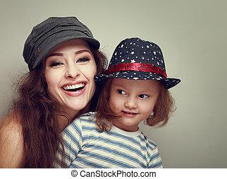 mode, gezin, ouderwetse , caps., girl., lachen, moeder, plezier, verticaal, het glimlachen, geitje